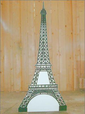 Tour Eiffel : Réalisation de la structure en feuille d'aluminium faite au pinceau recouverte ensuite de vernis UV qui donne un aspect phosphorescent.
